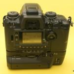 Dynax 7 von hinten mit Griff: Klappe über den Tasten für die Grundeinstellungen ist offen. Gut zu sehen die Wahlräder für Blitz- und Belichtungskorrektur, Filmtransport und Aufnahmemodus