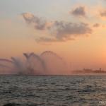 Wassershow durch Feuerwehrschiff im Abendrot vorm Battery Park