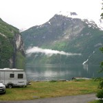 Es schleicht sich eine Wolke in den Fjord