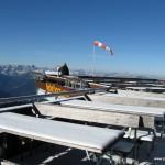 Verschneite Tische bei der Gipfelstation