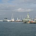 Marinehafen Portsmouth, im Vordergrund ein Neubau für die Emirate