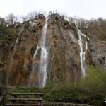 Großer Wasserfall mit Asiatenpodest