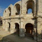 Erster Blick auf die Arena von Arlès