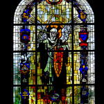 Kirchenfenster mit Emblemen der beteiligten Einheiten