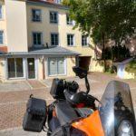 Hotelparkplatz, Zimmer im 1.OG über dem Vordach mit Blick aufs Motorrad