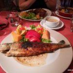 Abendessen: Lammkotletts und Forelle
