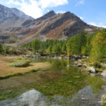 Herbstfarben und klares Wasser