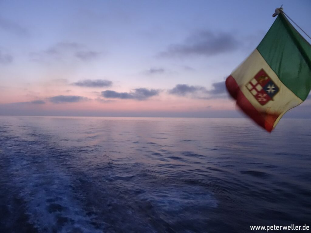 Erster Sonnenaufgang im Mittelmeer